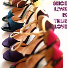 Es gibt unzählige Gründe, warum Frauen Schuhe lieben, regelrecht vergöttern, sogar manchmal nahezu süchtig nach ihnen sind.