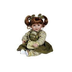 Deze Adora peuterpop heeft mooie groene ogen en echte wimpers. Ze heeft een lieve glimlach, mooi rood haar in staartjes en ruikt heerlijk naar baby poeder. Ze draagt leuke kleertjes en een tasje. Ze is ruim 50 cm groot.Een lieve pop om eindeloos mee te spelen.Leeftijdsadvies:3