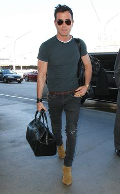 There's no better way to jet-set than by rockin' aviator shades! Just check out Justin Theroux sporting the classic style at LAX!