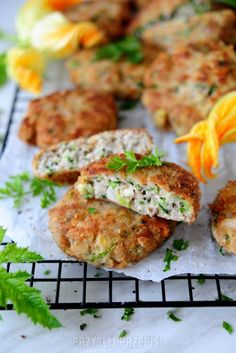 Mielone z cukinią - PrzyslijPrzepis.pl Salmon Burgers, Mozzarella, Ethnic Recipes, Food, Salmon Patties, Meal, Essen, Hoods, Meals