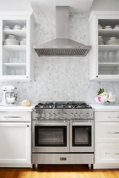 White and gray cooktop designed with gray marble hexagon backsplash tiles offering a stunning mosaic finish. Backsplash For White Cabinets, Hexagon Backsplash, Grey Backsplash, Hexagon Tiles, Blue Kitchen Island, Kitchen Island With Seating, Kitchen Drawing, Kitchen Views, Grey Kitchens