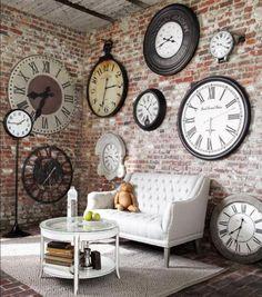 Designer-Wanduhren-kleiner-Kaffeetisch-elegantes-weißes-Sofa-Ziegelwände