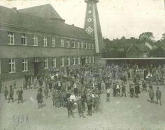 Op de achtergrond de vogelmast van de boogschutters Willem Tell die hun lokaal hadden in de Brugsestraat. De foto is gedateerd 1938