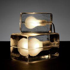 """Lampe à poser """"Block"""" - Un bloc de verre d'une pure transparence s'ouvrant en 2 pour y glisser une ampoule. Un design unique pour une lumière vive."""