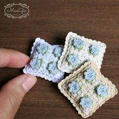 Almohada de ganchillo miniatura con flores azules, cojín miniatura casa de muñecas 1:12 escala