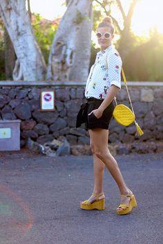 DOTS AND FLOWERS. Combinaciones faciles. Combinar short negro. Combinar zapato amarillo. Gafas redondas. How to style. Como combinar.  http://www.marilynsclosetblog.com/2017/09/dots-and-flowers.html #marilynscloset #fashionblogger #ootd #mystyle #streetstyle #inspiration #fashion #moda #monday   #chic #minimal #retro