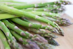 Grüner Spargel mit Reis und Erdnusssoße