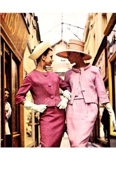 60s pink suits Les couleurs vieillies et poudrées des tailleurs 1960. 1960 old powdery colors for suits..... A gauche Lanvin Castillo A droite Patou