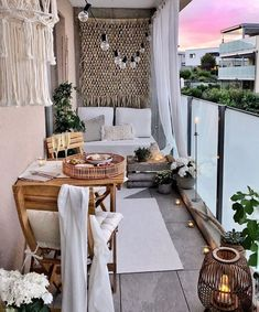 27 Comfy Balcony Ideas for Small Apartment - Unique Balcony & Garden Decoration and Easy DIY Ideas Small Balcony Decor, Porch And Balcony, Balcony Design, Patio Design, Balcony Ideas, Balcony Garden, Apartment Balcony Decorating, Apartment Balconies, Porch Decorating