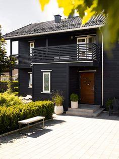 Et nymalt utseende som varer - Jotun Uteinspirasjon Exterior Paint, Exterior Colors, Home Focus, Dark House, Nordic Home, Outdoor Living, Outdoor Decor, House Goals, Country Style