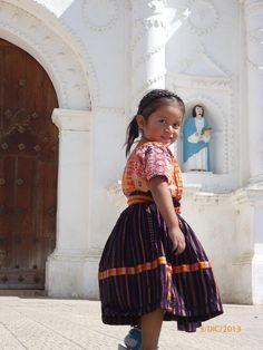 Chapincita con traje quetzalteco. Foto por Gempko Kiee l Sólo lo mejor de Guatemala _ Girl with Quetzaltenango´s typical suit. Photo bye Gempko Kiee l Only the best of Guatemala