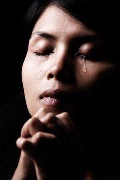 J'ai larmes à revendre pour étancher ma peine Des larmes à écouler pour vider mes mots de ses des maux tus et non dit Des douleurs dans mon ventre , dans mon âme qui envahissent tout mon être Des larmes à autoriser, à dévoiler , à faire naître Une femme...