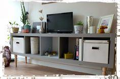 Une nouvelle vie pour un meuble IKEA. Attention, pour fixer les pieds : le meuble est creux. Ici les pieds sont collés (on pourrait aussi rajouter une plaque de médium sous le meuble. Pour peindre : sous couche acrylique pour surfaces lisses (carrelage...), puis peinture acrylique