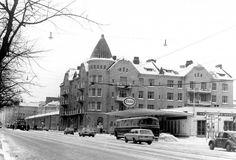 Sipoon kirkko oli Mannerheimintien ja Humalistonkadun kulman koristus. Se purettiin vuonna 1978. Kuva on otettu vuonna 1971. History Of Finland, Helsinki, The Past, Street View, Building, Places, Travel, Outdoor, Historia