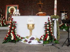 Church Altar Decorations, Communion Decorations, Catholic Altar, Church Flowers, Corpus Christi, Kirchen, Flower Arrangements, Bouquet, Christmas Tree