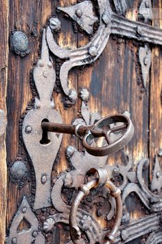 ANTIQUE LOCK AND KEY ON DOOR