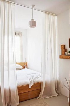 Espaços pequenos podem se beneficiar de divisórias fluidas que criam aconchego e um tico de mistério. Fixe um trilho guiso no teto e  use um tecido leve como gaze de linho ou voil.