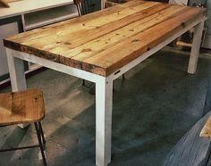 Mesa de madera reciclada de construcción