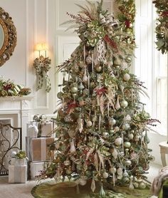 Love this #traditional #christmas tree   . @thedailybasics ♥♥♥