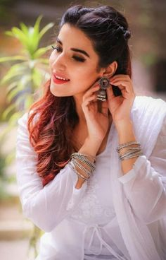 Boheme by Kanwal - We're totally crushing over the ethnic outfits that Hareem Farooq had been wearing lately for Heer Maan Ja promotions. The kind of dresses sh Stylish Photo Pose, Stylish Girls Photos, Stylish Girl Pic, Cute Girl Poses, Girl Photo Poses, Girl Photos, Photo Shoot, Portrait Photography Poses, Photography Poses Women