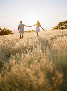Engagement photosession. #feld #paar #sonnenuntergang #verlobung