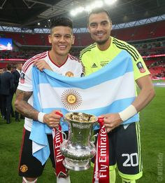 Marcos Rojo & Sergio Romero with the FA Cup Good Soccer Players, Football Players, Manchester United Fa Cup, Premier League Champions, European Cup, Football Pictures, Europa League, Man United, The Unit