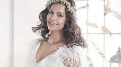 """El vestido Tiga, de la colección Cala brides from Ibiza, es muy original. Tiene cuerpo tipo blusón confeccionado en tul cupro plisado con un escote en forma de """"V"""" rematado con una tira estrecha de macramé y plumas. La falda con nesgas ofrece sensación de vuelo y movimiento  http://www.villais.com/es/vestidos-de-novia-ibicencos-cala/tiga/"""