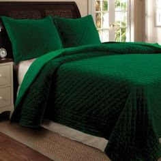 Lush emerald green bedding. So gorgeous!