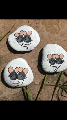 Mice: painted stones Mice: painted stones Pin: 640 x 1136 Pebble Painting, Love Painting, Pebble Art, Painted Rock Animals, Painted Rocks, Rock Crafts, Stone Crafts, Drawing Rocks, Mouse Crafts