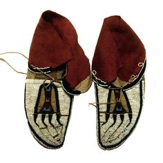 bearpaw mocs, collected in Mus. Native American Moccasins, Native American Beadwork, American Indian Art, Native American Indians, Native Wears, Beaded Moccasins, Native Shoes, Cowboys And Indians, Indigenous Art