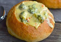 Ez a sajtos brokkoli leves sűrű, gazdag, krémes, és ami a legfontosabb, sajtos. A kenyértál, vagy a cipó pedig jó ropogós kívülről, és finom puha belülről.