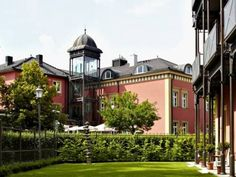 Allee Hotel Neustadt a. d. Aisch Set amid green landscapes in the Bavarian town of Neustadt an der Aisch, this 4-star hotel offers elegant accommodation, a charming restaurant and free Wi-Fi internet access.