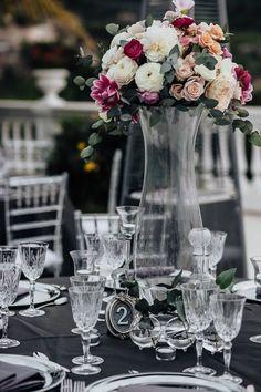 wedding table setting, flower centerpiece, crystals, grey tables cover, wedding decors, wedding day, Cilento coast, Sposa Mediterranea, Olga studio