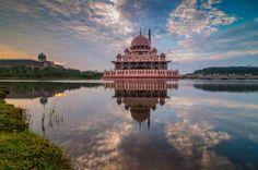 O Oriente Médio é cheio de mesquitas deslumbrantes! A Putra Mosque, localizada na cidade Putrajaya, ... - Shutterstock
