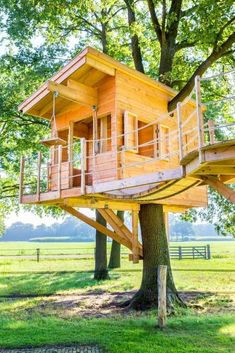 22 Creative Kids Treehouses (Picture Ideas) Creative Kids Treehouses with Pictures Ideas. Sunny wooden tree house with wheel and axle machine. Tree House Deck, Wooden Tree House, Adult Tree House, Tree House Plans, Diy Tree House, Simple Tree House, Fun House, Building A Treehouse, Treehouse Kids