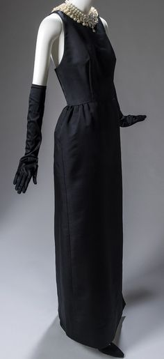 Givenchy - Audrey Hepburn - Robe et Collier de Perles - Diamants sur Canapé