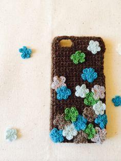 編みモチーフお花がたっぷりでお花畑のようなiPhoneケースです。毛糸素材なので、優しい風合いです!|ハンドメイド、手作り、手仕事品の通販・販売・購入ならCreema。
