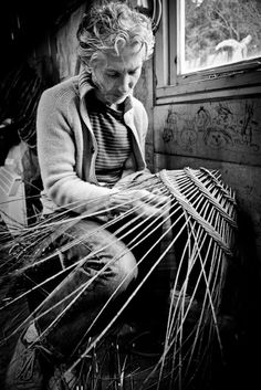 Typically french - pictures of an intricate design Willow Weaving, Basket Weaving, Weaving Art, Hand Weaving, Rattan, Wicker, French Pictures, Nantucket Baskets, Vintage Photos