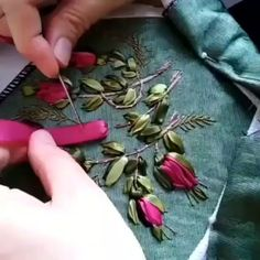 Hand Embroidery Patterns Flowers, Basic Embroidery Stitches, Hand Embroidery Videos, Embroidery Stitches Tutorial, Embroidery Flowers Pattern, Silk Ribbon Embroidery, Hand Embroidery Designs, Beaded Embroidery, Ribbon Work