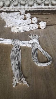 Borlas Tassels This is a quick and easy way to make a tassel with a twist Macrame Design, Macrame Art, Macrame Projects, Craft Projects, Sewing Projects, Macrame Knots, Seashell Projects, Crochet Dreamcatcher, Micro Macrame