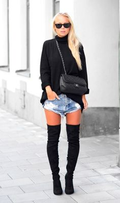 Suéter preto de gola alta, short jeans destroyed, bota over the knee