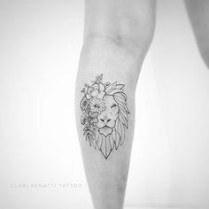 Tatuagem criada por Clari Benatti do Rio de Janeiro. Leão com flores em parte do rosto, tatuagem feita com fineline.