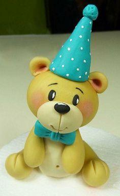 Tutorial Orsetto per il bimbo Fondant Cake Toppers, Fondant Figures, Fondant Cakes, Cupcake Cakes, Clay Crafts, Clay Projects, Clay Bear, Teddy Bear Cakes, Fondant Animals