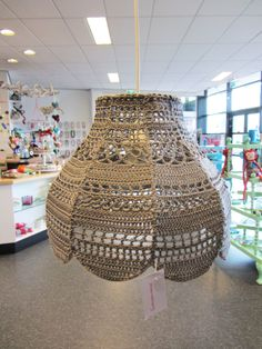 Prachtige gehaakte lampenkap van Annemarie Crochet Home, Diy Crochet, Crochet Lampshade, Lampshade Chandelier, Everything Is Illuminated, Macrame Supplies, Crochet Stars, Bohemian House, Macrame Art