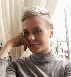 I love the color on this too. However, I am worried that this solid color will not look good as it grows. Also, I am not sure what this hair cut looks like when not pulled up. Pelo Color Gris, Short Hair Cuts, Short Hair Styles, Super Short Hair, Pixie Cut Kurz, Nothing But Pixies, My Hairstyle, Hairstyle Ideas, Short Blonde