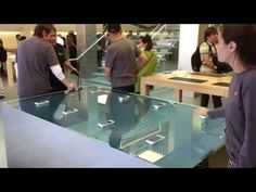Video: Coole Force Touch-Tische im Apple Store integriert - https://apfeleimer.de/2015/10/video-coole-force-touch-tische-im-apple-store-integriert - Besucher des New Yorker und San Francisco Retail Stores dürfen sich über Neuheiten freuen, die sich wohl nicht nur in den Einrichtungskonzepten der iKonzern Geschäfte gut macht. Die Rede ist von den neuen Force Touch Tischen, mit denen Ihr Euer iPhone 6s und iPhone 6s Plus verbinden könnt. Der Ti...
