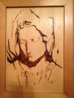 Pirografia su legno, rappresentante la madonna di Michelangelo.