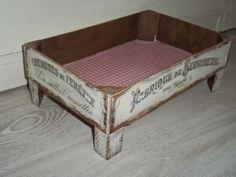 Páxaros en la cabeza: Una caja de fresas y una pizarra essenziale e originale pet- bed Shabby Chic Stil, Fruit Box, Decoupage Box, Wood Crates, Decoration, Diy Home Decor, Diy And Crafts, Palette, Diy Projects