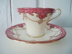 Šálek na čaj * bílý porcelán, zdobený růžovou dekorací.