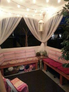 espacio debajo de los sillones